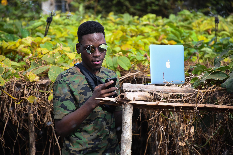 Bénin jeune smartphone ordinateur