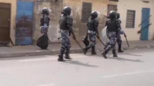 Capture d'écran d'une vidéo montrant des policiers anti-émeutes dans les rues de Lomé, le 18 octobre 2017.