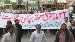 کارگران اعتصابی در ایران که نزدیک به سه سال حقوق عقب افتادۀ خود را طلب می کنند