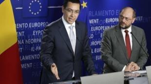 Le Premier ministre roumain et le président du Parlement européen Martin Schulz, mercredi 11 juillet 2012 à Bruxelles.