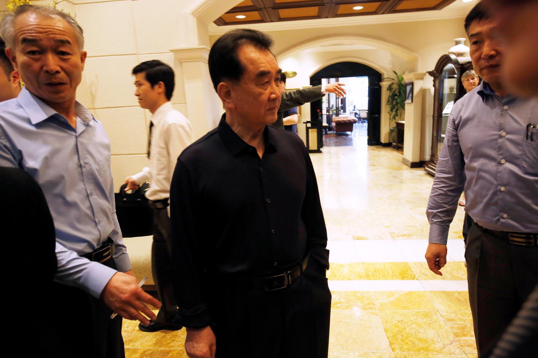 Ông Kim Chang Son (áo đen) trưởng đoàn tiền trạm Bắc Triều Tiên, chuẩn bị bo chuyến đi Việt Nam của lãnh đạo kim Jong Un, thị sát trong khách sạn Metropol ngày 16/02/2019.
