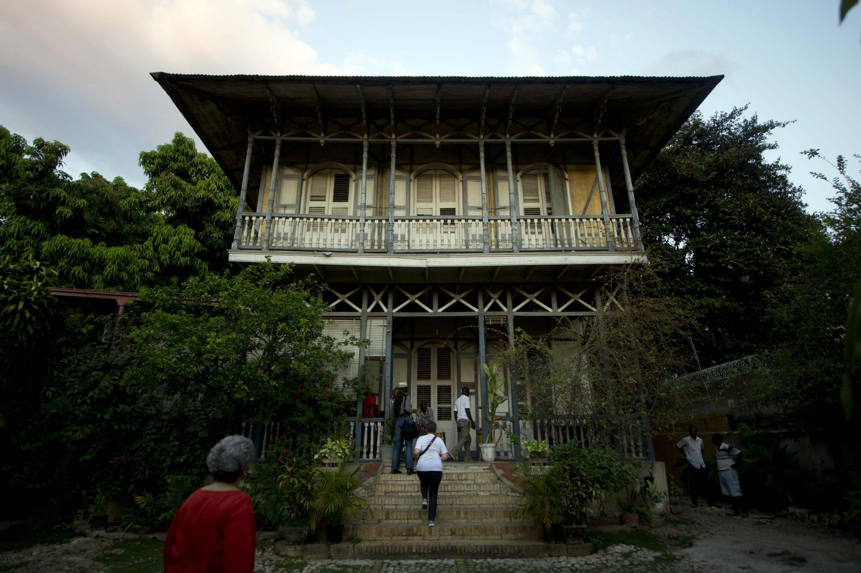 Des touristes à la maison Viviane Gauthier, une des gingrbread houses de Port-au-Prince, à Haiti, le 10 avril 2015.