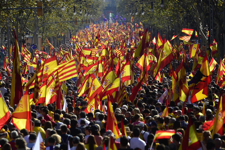 Masu zanga-zanga a Barcelona, babban birnin yankin Catalonia yayin da suke tattakin nuna rashin goyon bayan ballewar yankin daga kasar Spain. 29 ga Oktoba, 2017.