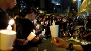 香港抗議民眾在太古廣場外為梁姓男子舉行燭光晚會。