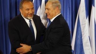 O primeiro-ministro de Israel, Benjamin Netanyahu (d), e o ministro Avigdor Lieberman durante a coletiva de imprensa em Jerusalém, nesta quinta-feira (25).