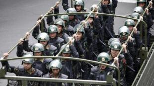 Công an Trung Quốc tại Tân Cương.