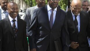 Tom Moyane (à gauche), ici le 25 février 2015 au côté du ministre sud-africain des Finances Nhlanhla Nene (au centre).
