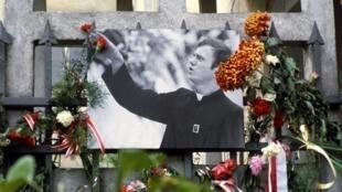 La mémoire du père polonais Jerzy Popieluszko, est toujours l'objet d'un culte. Ici, où il officiait, à l'église Saint Stanislaw Kostka, à Varsovie, le 10 octobre 1984.