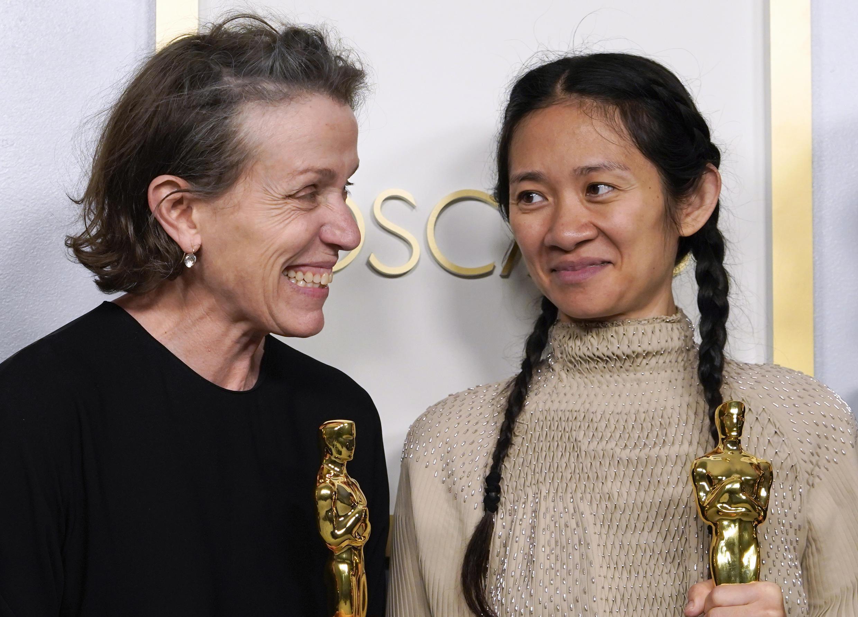 «Земля кочевников» Хлои Чжао (справа) объявлена лучшим фильмом, а сама Хлоя — лучшим режиссером. Фрэнсис Макдорманд (слева) получила своего четвертого «Оскара» за главную роль в картине.