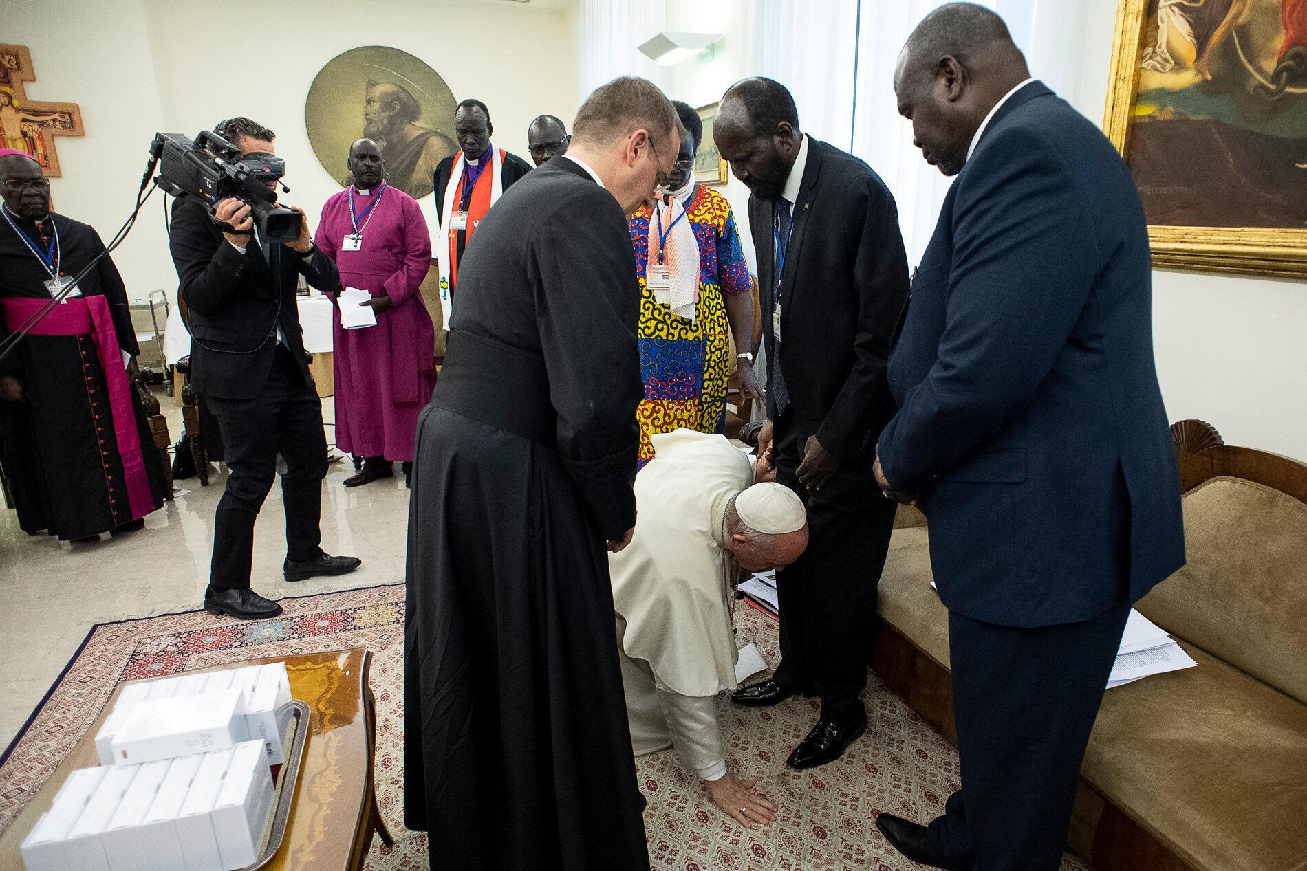 Le pape François agenouillé pour baiser les pieds du président soudanais Salva Kiir, le 11 avril 2019 au Vatican.