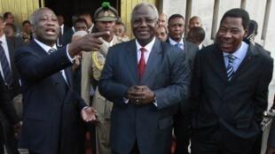 Президенты Бенина (справа) и Сьерра Леоне (в центре) после встречи с Лораном Гбагбо 28/12/2010