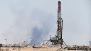 On aperçoit de la fumée à la suite d'un incendie survenu dans les installations pétrolières d'Aramco à Abqaiq, après l'attaque de drones dans l'est de l'Arabie saoudite, le 14 septembre 2019.