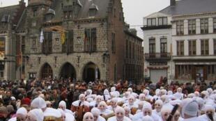 O cortejo dos famosos personagens chamados Gilles, que acontece na Terça-Feira Gorda e atrai uma multidão de espectadores na Bélgica.