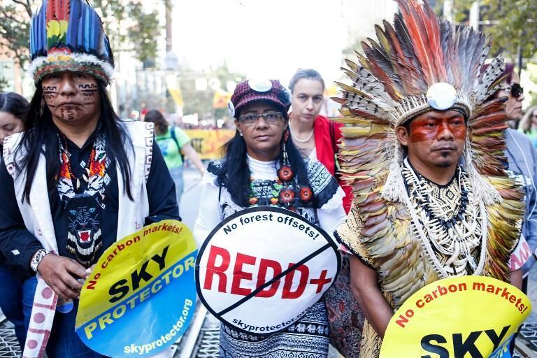 Des membres de la tribu Ninawa Iny Hunikui d'Amazonie défilent à San Francisco le 8 septembre 2018, réclamant des actions pour la défense de l'environnement.