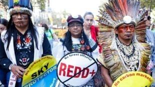 Des membres de la tribu Ninawa Iny Hunikui d'Amazonie défilent à San Francisco, réclamant des actions pour la défense de l'environnement.