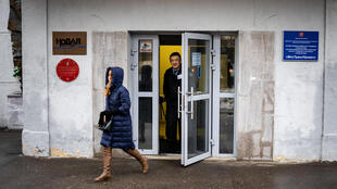 Un guardia de seguridad mira desde la puerta del edificio donde está la sede del periódico ruso Novaya Gazeta, el 15 de marzo de 2021 en Moscú
