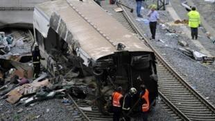 Equipes de resgate prestam socorro às vítimas do acidente com o trem na Espanha