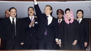 Wen is applauded by Pakistani PM Yusuf Raza Gilani at the Pakisani parliament