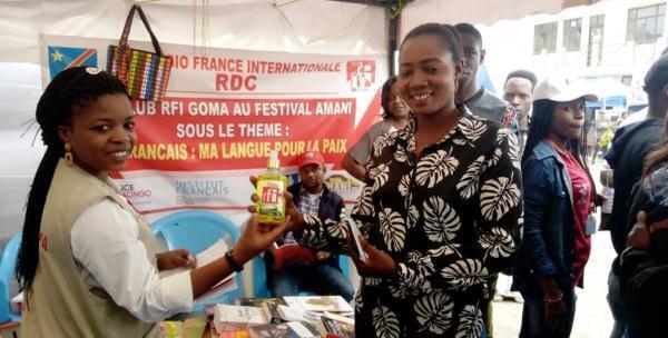 Le stand du Club RFI Goma avec au centre Jocelyne Kersuzan, cousine du club.