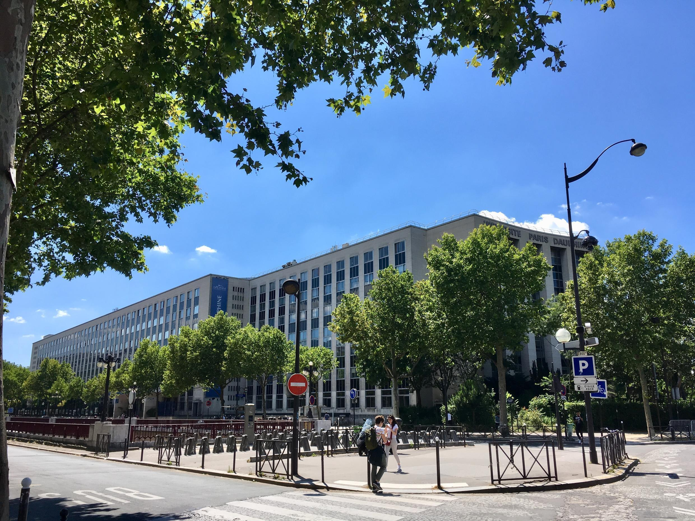 L'Université Paris-Dauphine est située dans le XVIe arrondissement de Paris, en lisière du bois de Boulogne.