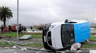 Des poteaux électriques arrachés et des voitures renversées après le passage de la tornade à Talcahuano, au Chili, le 31 mai 2019.