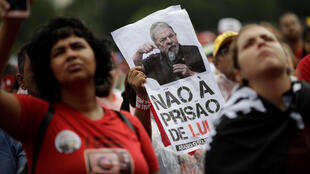 2018年4月4日,巴西最高法院就前總統盧拉人身保護令申請辯論表決時,盧拉的支持者在街頭抗議示威。