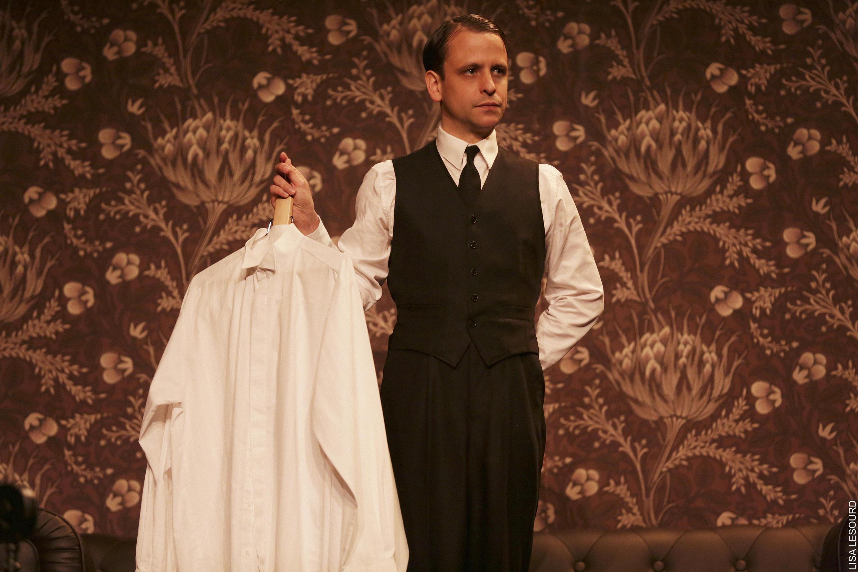 Dans la pièce de théâtre <i> The Servant, </i>Maxime d'Aboville incarne Barrett, le majordome glaçant.