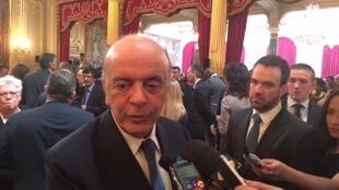 O chanceler brasileiro José Serra falou com jornalista após evento no Palácio do Eliseu, a sede da presidência francesa.