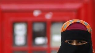O uso do niqab em locais públicos relança o debate sobre a laicidade no Reino Unido