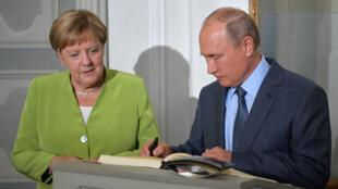 Tổng thống Nga Vladimir Poutine (P) và thủ tướng Đức Angela Merkel tại lâu đài Meseberg, cách Berlin 70 km, ngày 18/08/2018.