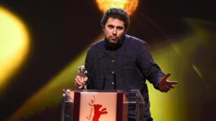 Le réalisateur roumain, Radu Jude, recevant l'Ours d'argent du Meilleur réalisateur pour son film «Aferim», à Berlin, le 14 février 2015.