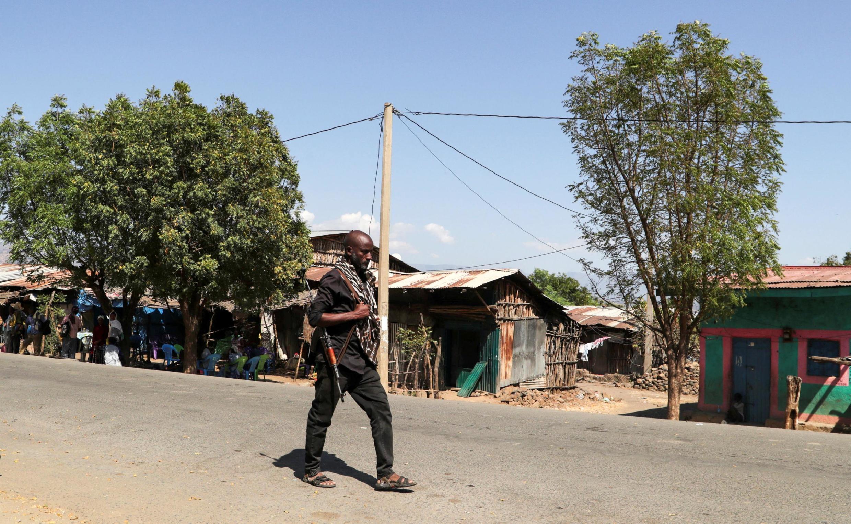 Askari wa vikosi vya Amhara anapiga doria katika mitaa ya kijiji cha Soroka, karibu na mpaka wa jimbo la Tigray, Novemba 9, 2020.