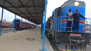 Entrée en gare d'un des deux trains de passagers à la gare centrale de Kinshasa.