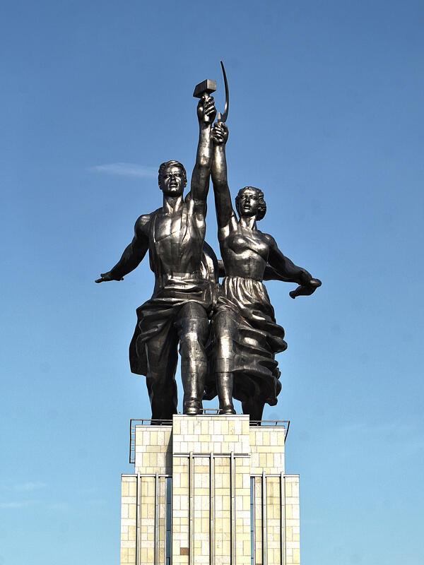 Bức tượng anh công nhân và cô nông dân tay cầm búa liềm của nghệ sĩ tạc tượng người Nga nổi tiếng Vera Ignatievna Moukhina.
