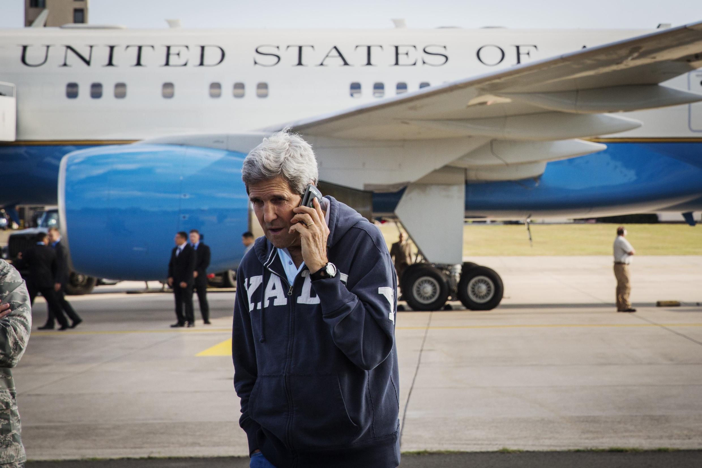 Ngoại trưởng Mỹ John Kerry nói chuyện điện thoại trong khi chờ phi cơ chở ông được tiếp tế nhiên liệu tại căn cứ Không quân Ramstein (Ramstein-Miesenbach) ngày 01/08/2014.