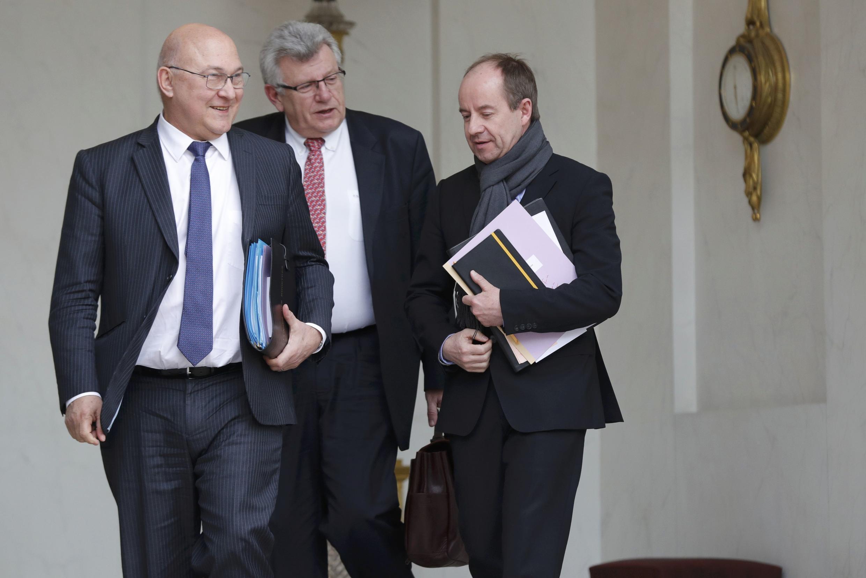 Bộ trưởng Tài Chính Pháp Michel Sapin (trái), bộ trưởng Ngân Sách Christian Eckert (giữa), bộ trưởng Tư Pháp Jean-Jaques Urvoas (phải) rời cuộc họp chính phủ, Phủ Tổng Thống, Paris, ngày 16/03/2016