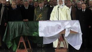Le président Bouteflika (D), la classe politique algérienne et de hauts dirigeants du Maghreb sont venus rendre un dernier hommage à Ahmed Ben Bella. Alger, le 13 avril 2012.