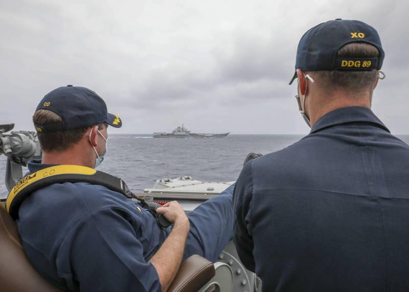 美軍驅逐艦馬斯廷號艦長布瑞格斯中校(左)和副艦長斯萊中校2021年4月4日近距離觀察遼寧號動向。
