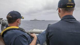 美军驱逐舰马斯廷号舰长布瑞格斯中校(左)和副舰长斯莱中校2021年4月4日近距离观察辽宁号动向。