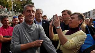 L'homme d'affaires milliardaire Andrej Babis, dont le mouvement populiste ANO est pressenti vainqueur des législatives,  en campagne à Prague, le 28 septembre 2017.
