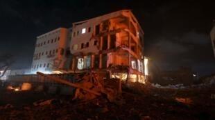Shambulio la bomu lililotegwa katika gari laua watu kumi na kujeruhi zaidi ya 20 katika hoteli moja Mogadishu .