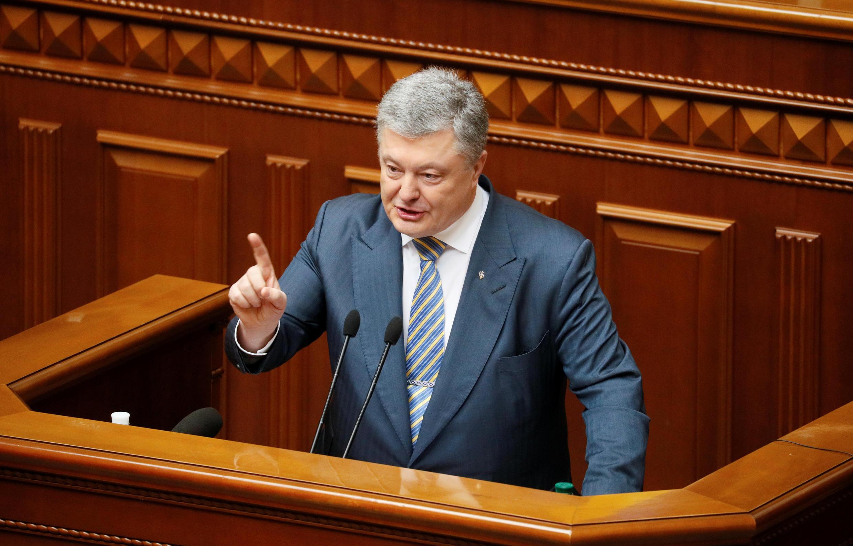 На своей странице в фейсбуке Порошенко обозначил жесткую позицию в отношении Олега Гладковского: «Ни его пост, ни его связи, ни факт давнего знакомства с президентом его не спасут»