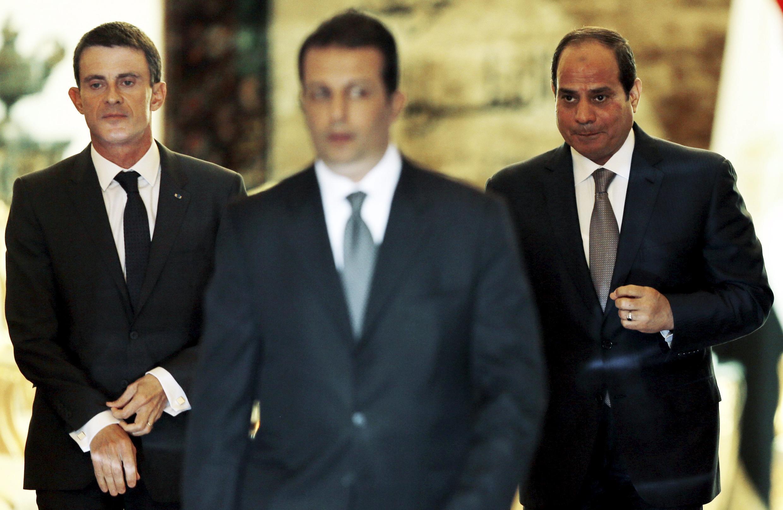 Thủ tướng Pháp Manuel Valls (T) cùng với Tổng thống Ai Cập Abdel Fattah al-Sissi (P), ngày 10/10/2015 tại thủ đô Cairo.