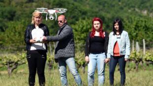 Initialement conçus à des fins militaires, les drones sont devenus les gadgets high-tech du moment dans les pays occidentaux, des objets volants identifiés qui font partie des cadeaux de Noël les plus recherchés, pour toutes sortes d'usages.