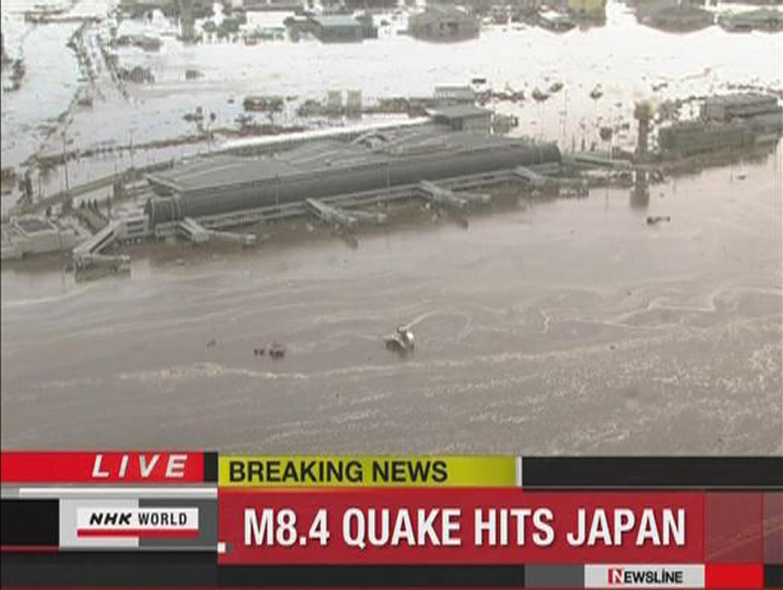 L'aéroport de Sendai sous les eaux, après le passage de la vague de 10 mètres, le 11 mars 2011.