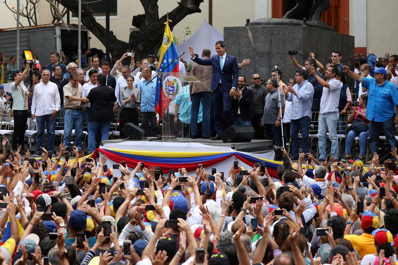 Lãnh đạo đối lập Juan Guaido trước người ủng hộ tại Caracas ngày 19/04/2019, kêu gọi toàn dân biểu tình chống lchees độ Maduro.