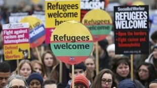 Manifestantes protestam em Londres contra plano europeu para lidar com a questão dos refugiados, em acerto com a Turquia.