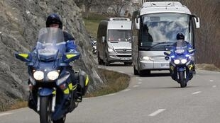 Familiares das vítimas do acidente do Airbus A320, da companhia aérea Germanwings, seguiram em ônibus fretados para o local onde aconteceu o acidente.