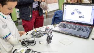 Prothèse pour des jeunes amputés des membres supérieurs entièrement compatibles avec les pièces du plus célèbre jeu de construction au monde, le Lego.