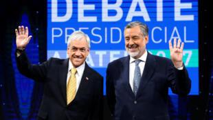 O candidato conservador, Sebastian Piñera (esq.), e o socialista Alejandro Guillier durante debate presidencial na TV chilena, em 11 de dezembro de 2017.